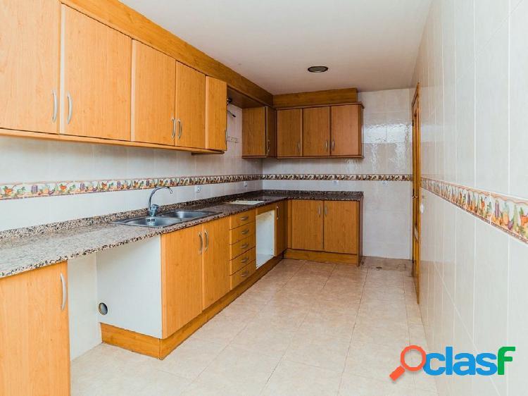 Piso de 90 m2 con 4 habitaciones y terraza