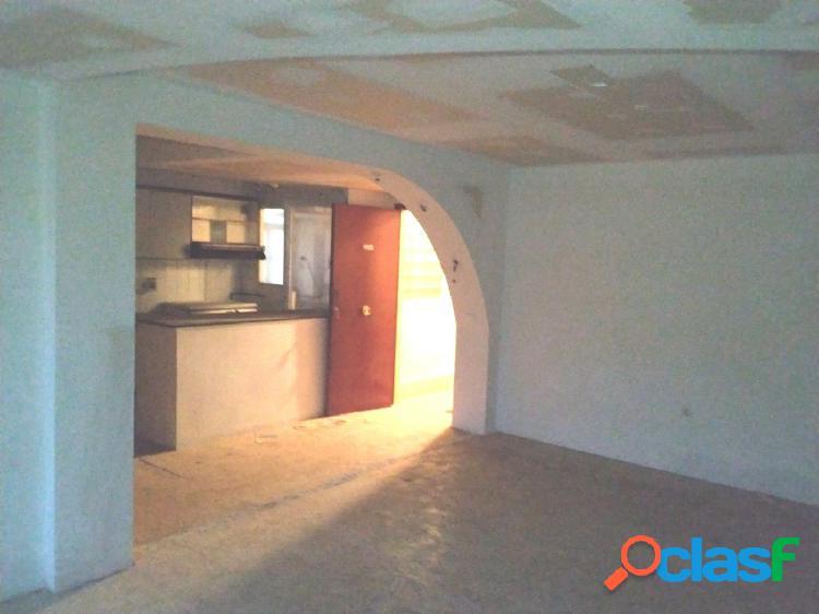 Piso de 97 m2, consta de 4 dormitorios. Exterior.