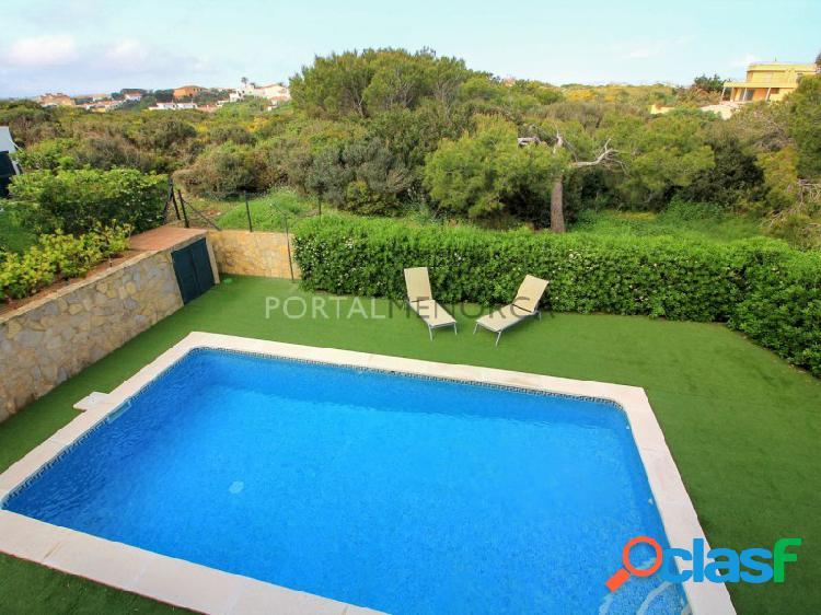 Bonito chalet de cuatro dormitorios con piscina en venta en