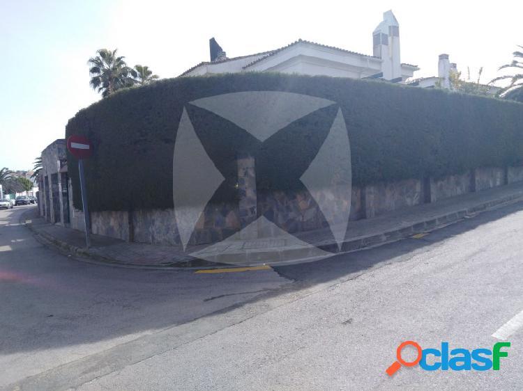 CHALET INDEPENDIENTE CON PARLEZA EN ZONA DE CASTELLANO