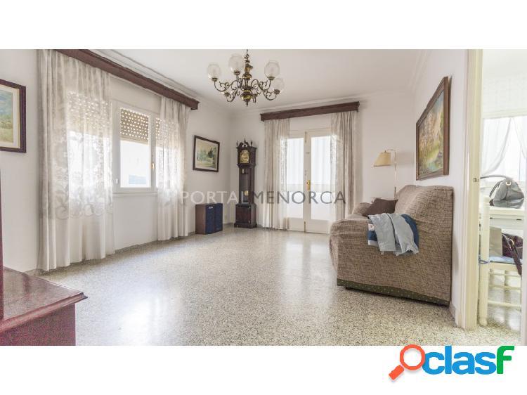Piso de cuartro dormitorios en venta en Mahon