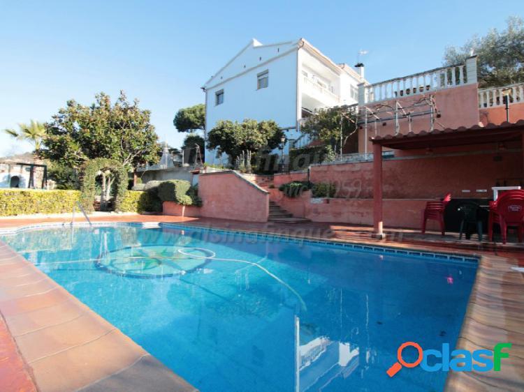 Preciosa casa en Urbanización Los Pinares con licencia