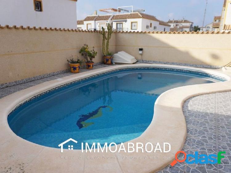 Chalet en venta en Torrevieja con 3 dormitorios y 3 baños