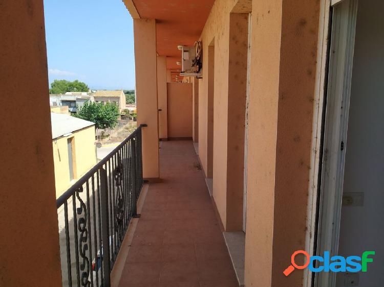 Apartamento de 90 m2 con 2 habitaciones. Piscina comunitaria