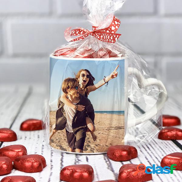 Taza personalizada con bombones de corazón