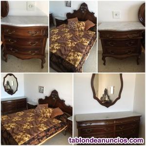 Dormitorio antiguo de madera maciza