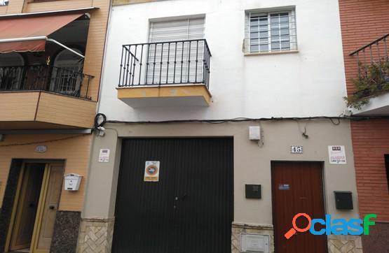 Chalet adosado con terraza a la venta en el municipio de