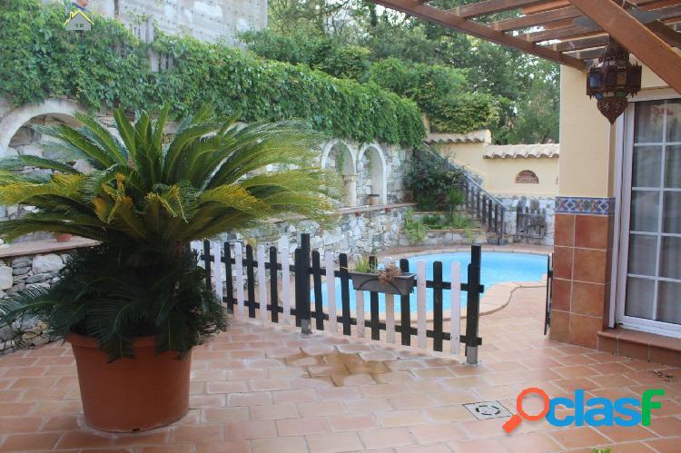 Fantástica casa en venta rodeada de jardín y piscina