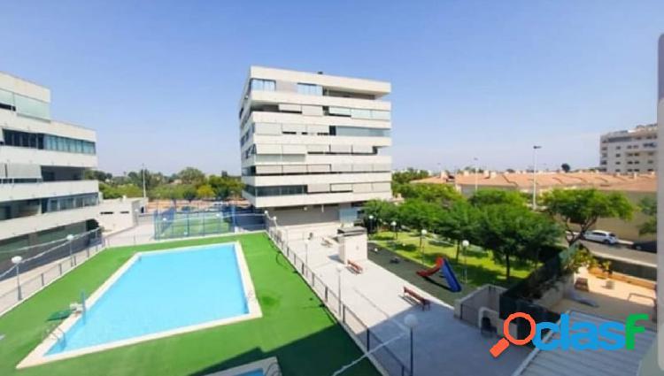Seminuevo en urbanización con piscina y plaza de garaje