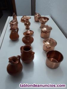 Miniatura de utensilios de cocina antiguos en cobre y barro
