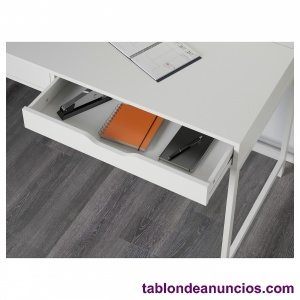Mesa de escritorio con cajones y espacio cables.