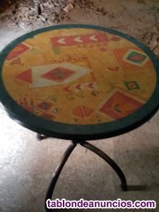 Se vende juego de mesas y sillas y taburetes