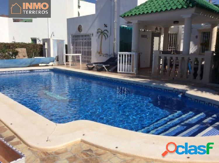 Bungalow semi-adosado con piscina privada y solarium en San