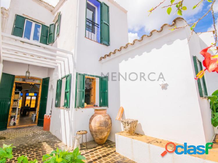 Casa de pueblo con local y patio en Es Mercadal.