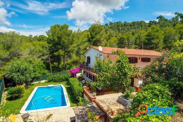 Casa unifamiliar con jardín y piscina privada