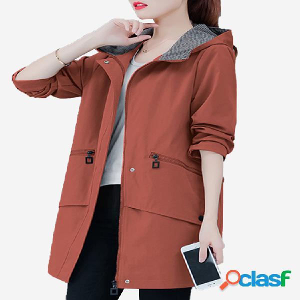 Cazadora de invierno con capucha y bolsillos de color