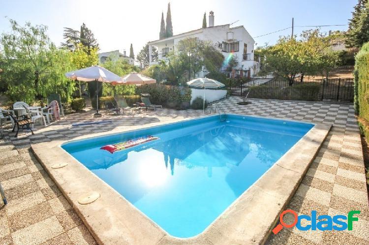 Chalet independiente en gran parcela con piscina y jardín