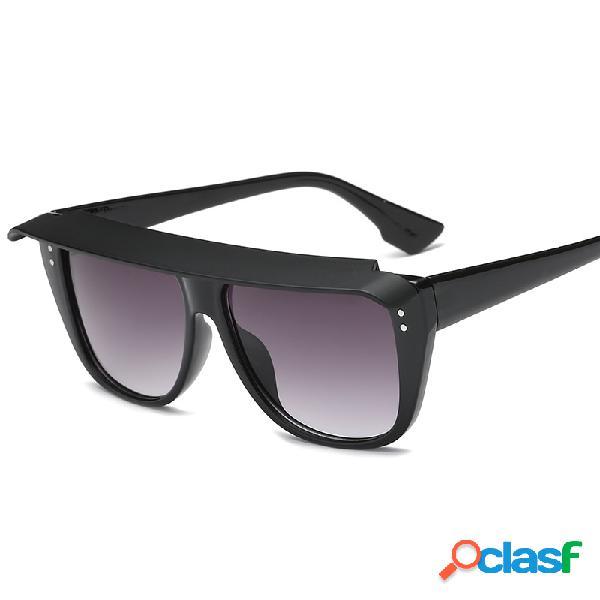 Mujer y gafas de sol con estilo para hombre con gafas de sol