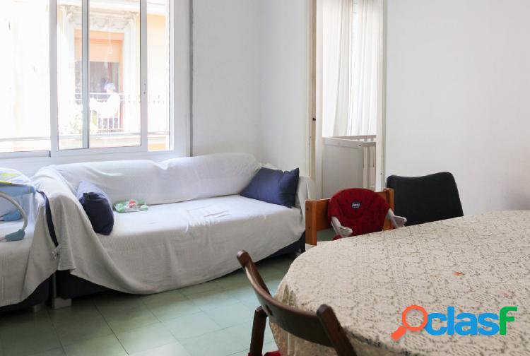 Piso a reformar de 3 dormitorios en venta en Sagrada Familia