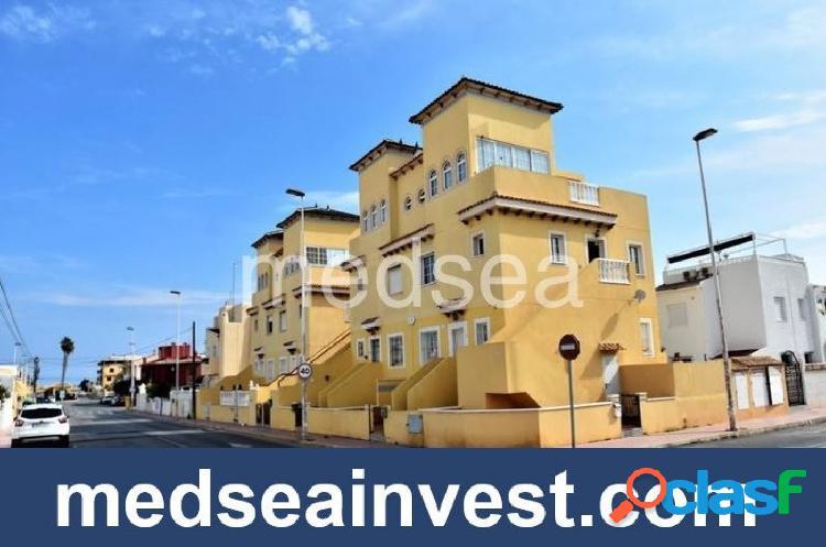 Precioso apartamento en planta alta con vistas al mar.