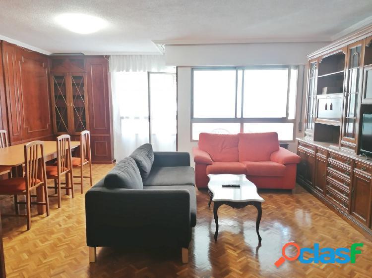 Se alquila espacioso y céntrico piso, con plaza de garaje