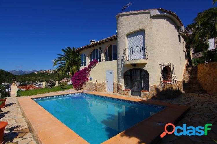 Se vende villa en Moraira con vistas panorámicas al mar