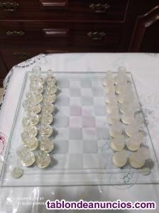Ajedrez con tablero y piezas de cristal