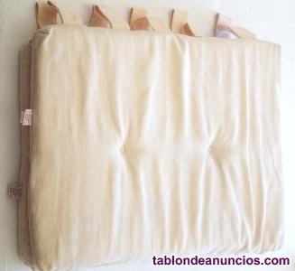 Cojines rectangulares en beige para cabecero de cama
