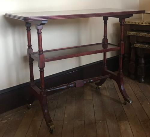 Mesa auxiliar de madera color caoba