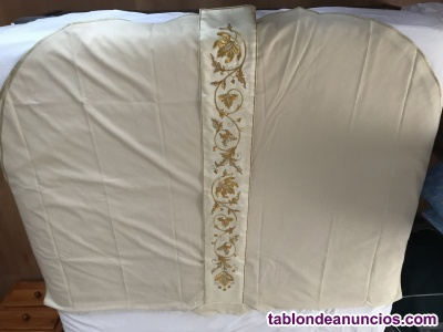 Casulla de lana blanca bordada en hilo de oro, marca