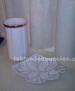 Se vende jarrón y bandeja, cerámicos de color blanco con