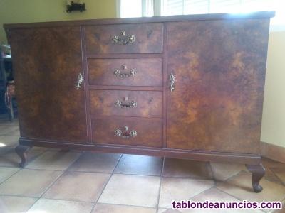 Aparador y mesa de madera y cómodo sillón