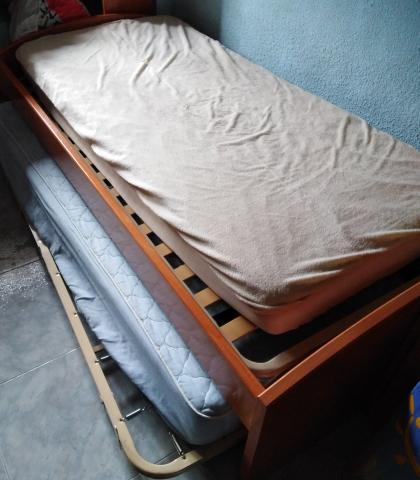 Vendo cama con cabezal y pies de madera + otra cama debajo