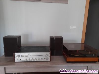 Tocadiscos antiguo con amplificador y altavoces