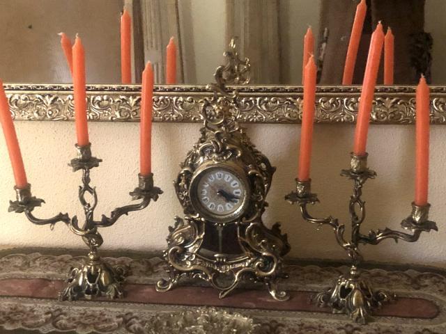 Magnifico reloj de bronce más candelabros