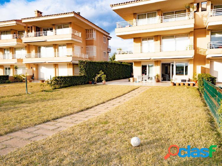 Alquiler planta baja con terraza y jardín en Cala Brafi