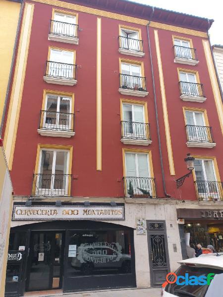 En la Calle LA Paloma, piso de 6 habitaciones con ascensor.