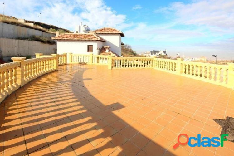Magnífico chalet independiente, con 2 grandes terrazas, en