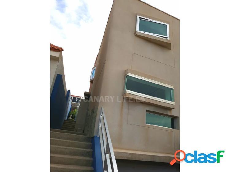 Moderna casa adosada con 3 plantas con acceso directo a la
