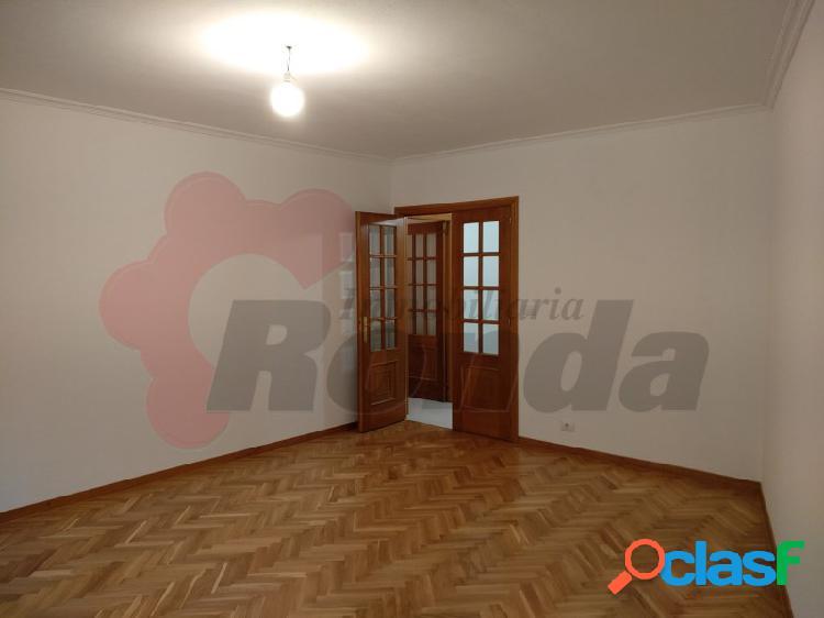 Piso de 4 dormitorios en rúa Santiago