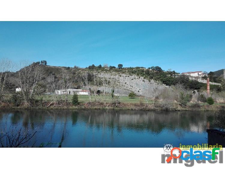 Se vende casa tradicional con jardín y vistas al Rio Deva,
