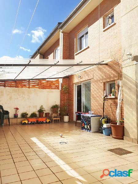 Urbis te ofrece un chalet pareado en venta en Santa Marta de