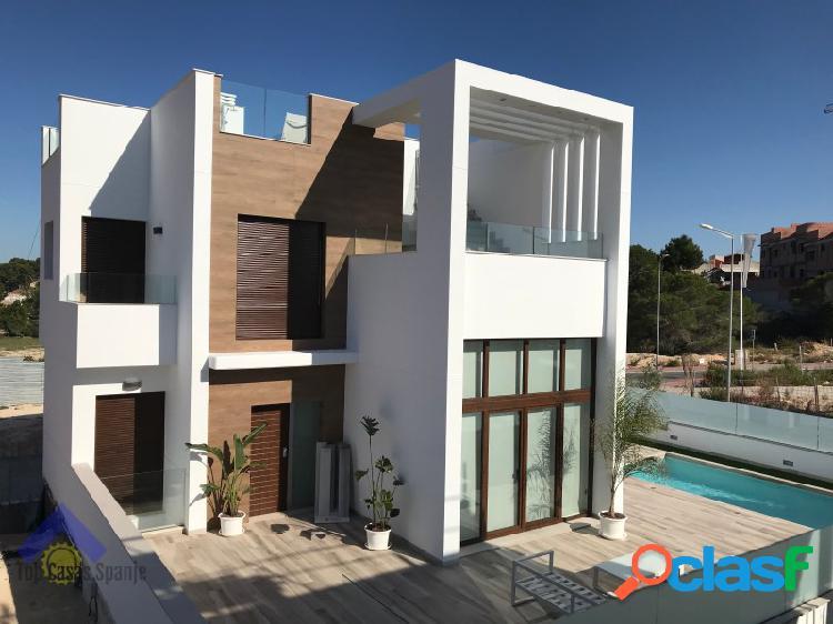 Villa met zwembad, garage en kelder in Torrevieja