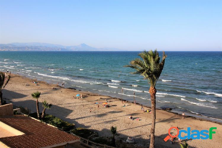 se alquila adosado de 3 plantas con vistas despejadas al mar