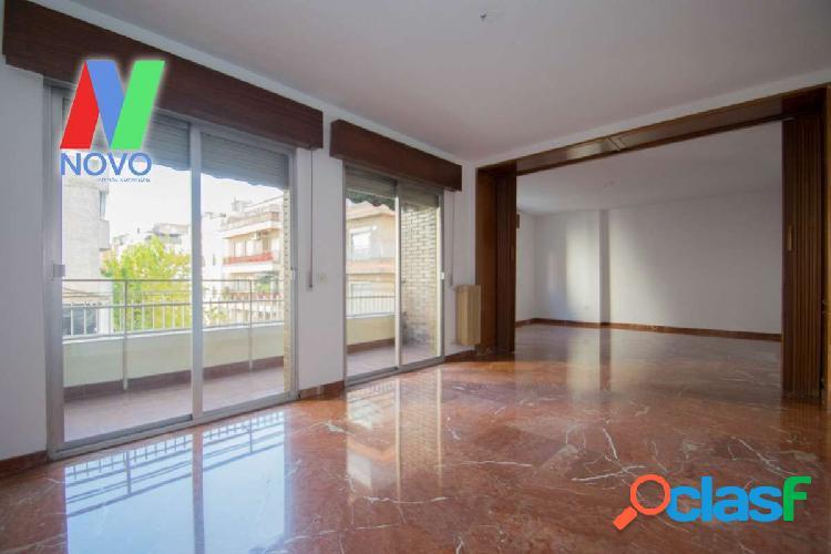 Amplísimo piso junto a calle Alhamar