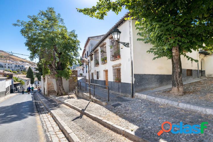 CASA CON MÁS DE 300 m² CONSTRUIDOS EN EL ALBAYCÍN Y DOS