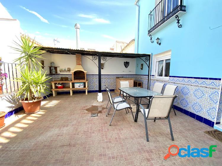 Casa con patio y terraza en Alameda