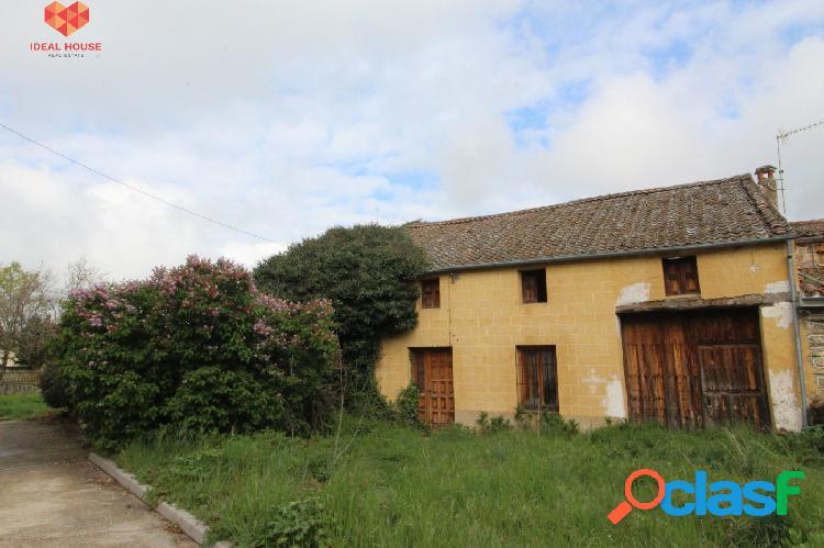 Casa de pueblo para reformar en el centro de Collado Hermoso