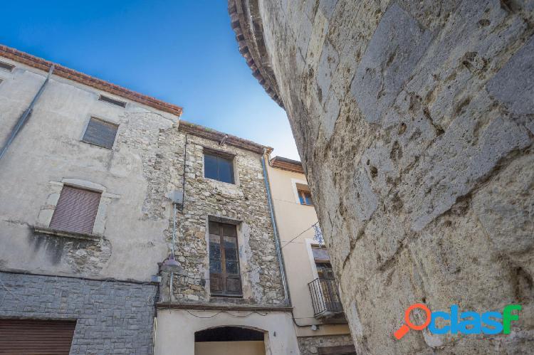 Casa de pueblo para reformar en venta en Besalú.