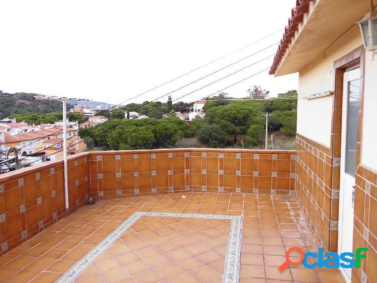 Casa situada en una zona tranquila, con terraza superior